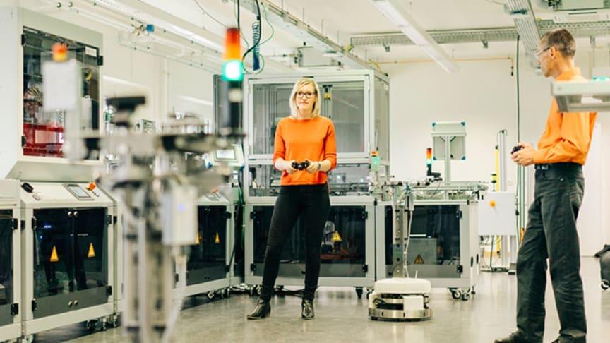 Nicole Jäpel und Robert Ringel steuern zwei Roboter, die in der Lernfabrik bei der Produktion assistieren. ©Lệmrich