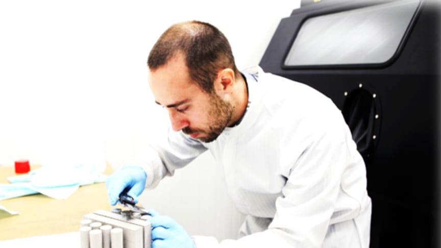 Forskningsingenjören Jonas Olsson är en av forskarna som arbetar med pulverbäddsteknologierna på Högskolan Väst.