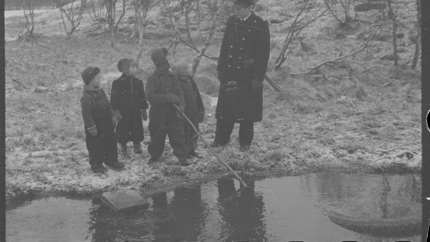 Disse småguttene som lekte ved en bekk utenfor Bjørnevatn i Syd-Varanger, så en dag til sin overraskelse en uniform som hverken var tysk eller russisk (Ole Friele Backer/Riksarkivet/NTBs krigsarkiv).