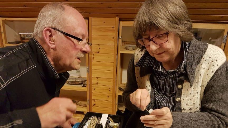 Karl-Olof Ekström i Skillinge på Österlen har kurser i flaskskeppsbygge