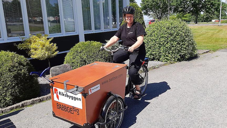Helena Persson redo att ge sig ut på uppdrag med elcykeln.
