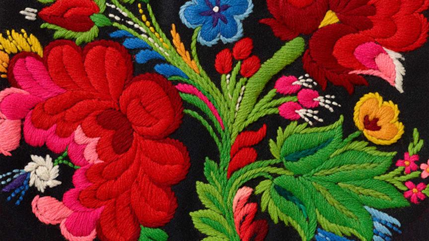 Påsöm är folkligt yllebroderi som kännetecknas av en enorm blomsterprakt i vackra klara färger. Foto: Thomas Harrysson