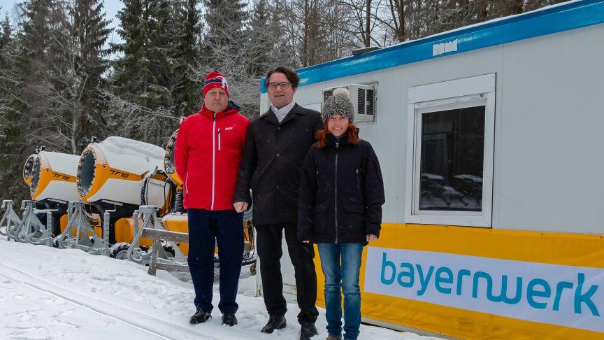 Wintersport in der Oberpfalz: Mit 2000 Euro und einem Strukturkoffer unterstützt das Bayernwerk den SC Monte Kaolino Hirschau. v.l.: Thomas Heckmann, Markus Windisch und Regina Lingl.