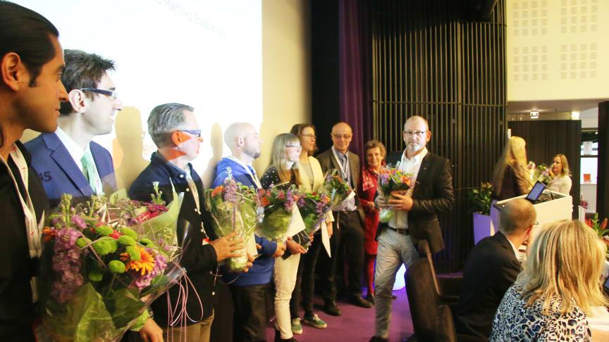 Bild från årets stipendieutdelning på Riksbyggens fullmäktige-möte den 12 maj. Utdelare var Johan Lindholm, ordförande i Riksbyggen och i stiftelsen Den Goda Staden.