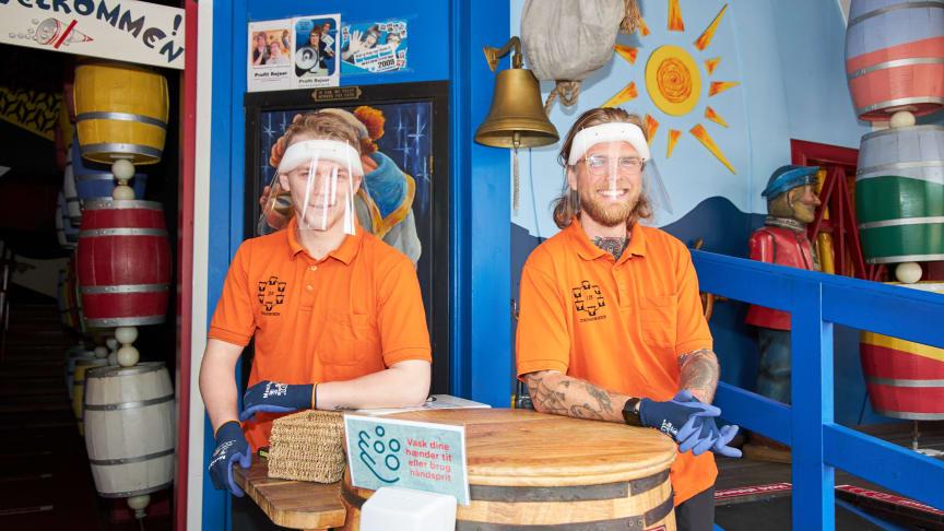 I Hurlumhejhuset bruger de ansatte både visir og handsker.