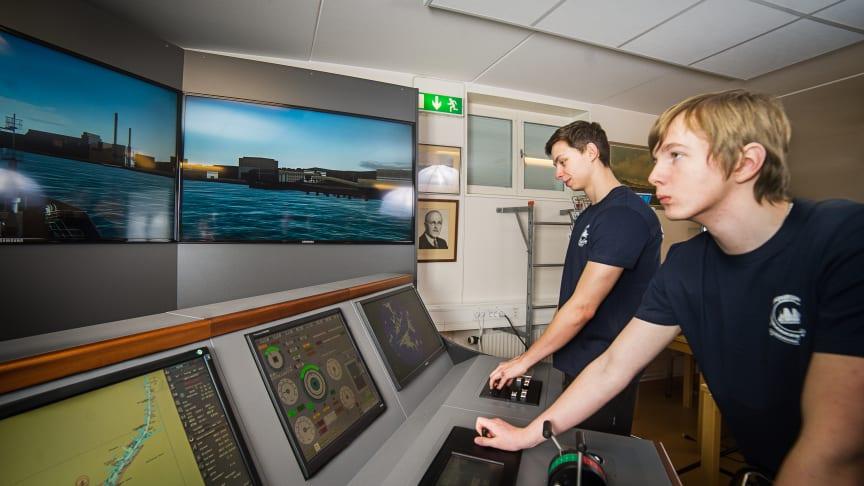 André Ericson och Markus Schönberg är tidigare elever på sjöfartsprogrammet vid Härnösands gymnasium. Här jobbar de med skolans fartygssimulator.