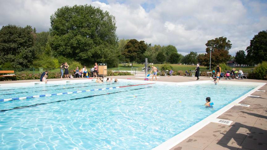 Sommaren innebär en massa aktiviteter för barn och vuxna i ÖBOs utomhusbad i Vivalla och Varberga.