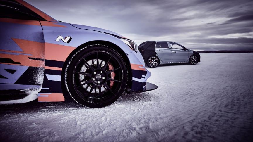 Hyundais konceptbil RM19 och kamouflerade nya i20 N på vintertest i Arjeplog.