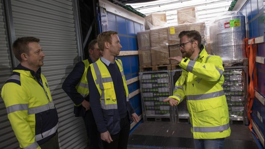 Transportminister Benny Engelbrecht på besøg hos Blue Water Shipping i Taulov til demonstration af kapacitetsoptimering som klimaindsats i transportbranchen - og lancering af klimapartnerskab mellem Blue Water og SpaceInvader. (PR foto).
