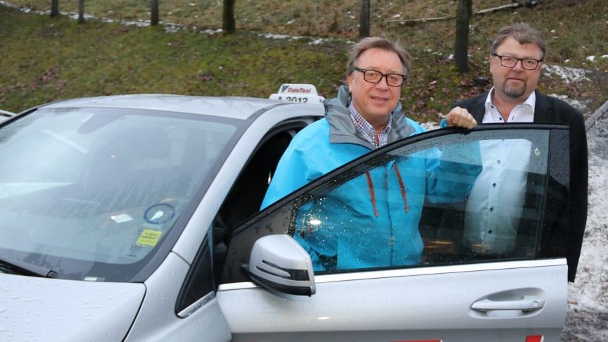 Drosjene som skulle gi lavere priser har gitt de høyeste. – Vi må forvente at politikk bygger på kunnskap, sier NT-toppene Øystein Trevland (t.h.) og Glenn Tuxen, her med sistnevntes el-drosje.