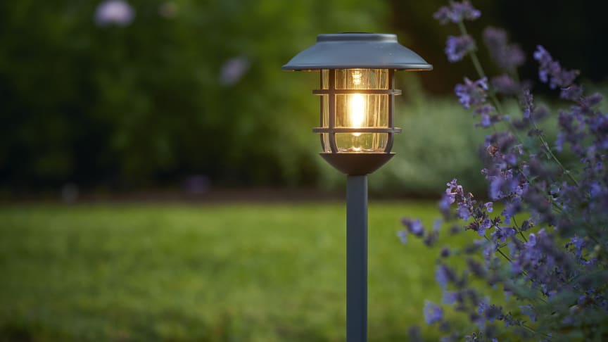 Lättplacerad lampa som tänds automatiskt när det skymmer.