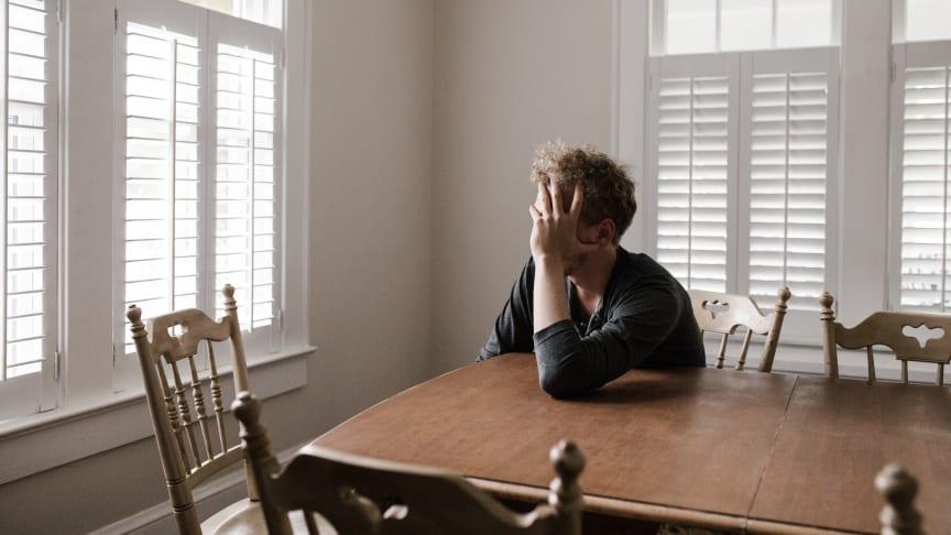 Ensamhet och oro inför framtiden. Coronaviruset påverkar tusentals människor mentalt. Viktigt är att inte sitta ensam med tankarna. För det finns hjälp att få!