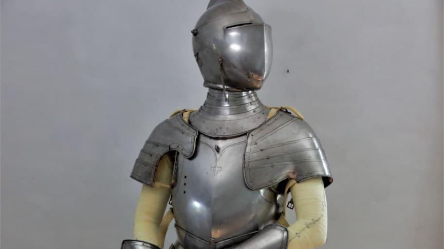 En nästan klar rustning av rustningssmeden Albert Collins, inspirerad av några av Livrustkammarens rustningar.