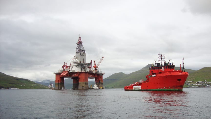 Riggen West Hercules blev holdt på plads af blandt andre 'Esvagt Don' under reparationer på riggens azimuther i Skålefjorden på Færøerne.