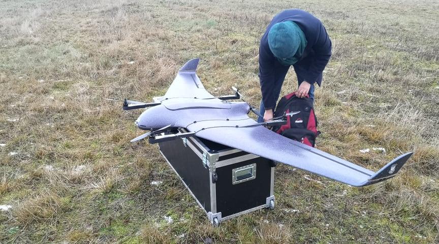 Drönaren drivs av en mindre elmotor och flyger tyst som ett glidflygplan.