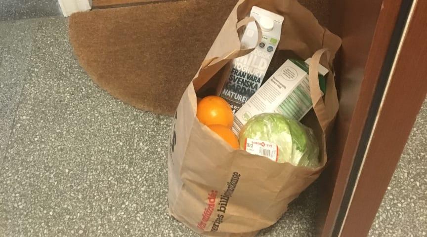 Nödvändiga matvaror levererade vid dörren av hjälpsam hand