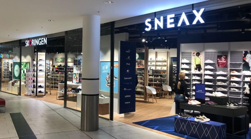 SNEAX Store er Skoringens svar på nutidens Sneakers fashion Store. SNEAX Stores integreres sammen med eksisterende Skoringen-butikker som en stor shop-in-shop med sin helt egen identitet og udtryk, og flere med egen indgang.