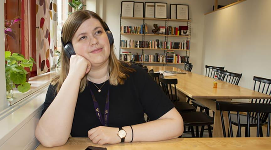 Elisa Tattersall Wallin är doktorand inom biblioteks- och informationsvetenskap med fokus på läspraktiker och ljudböcker.