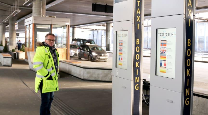 Det er god prisinformasjon på Gardermoen, og man kan også bestille lokale turer på automatene. Men ikke alle bruker dem. Geir Roar Netlandet er daglig leder på Taxidepot. Nylig kom informasjonsbua opp ved holdeplassen.
