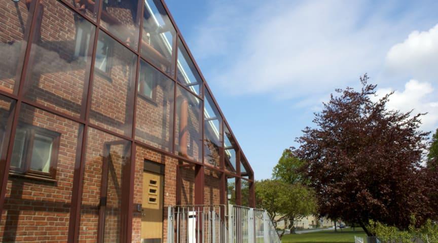 Växthuseffekten värmer inglasat hus