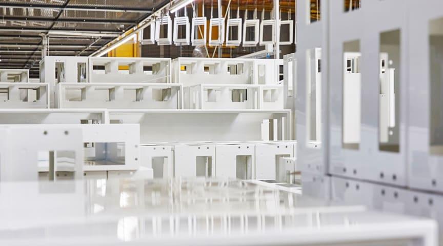 Infällda FW-kapslingar (t.ex. VOLTA) innehåller nu återvunnen plast, särskilt från gamla kylskåp.