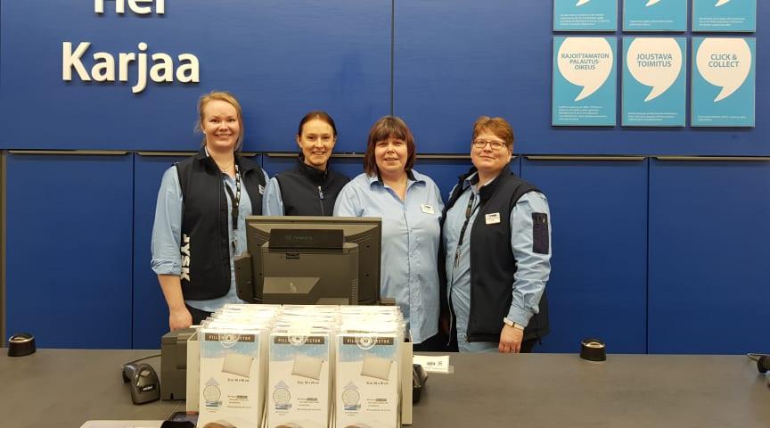 Kuvassa vasemmalta Pernilla Lehtinen logistiikkavastaava, Barbro Grundström myymäläpäällikkö, Sabine Tallroth apulaismyymäläpäällikkö, Petra Holmström myyjä.