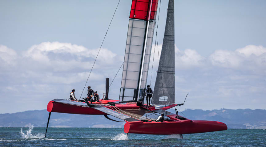 Det danske SailGP-hold i aktion under den aktuelle træning i New Zealand. Nu kommer SailGP til København i september - så danskerne får mulighed for at opleve verdens hurtigste kapsejlads i Københavns Havn.