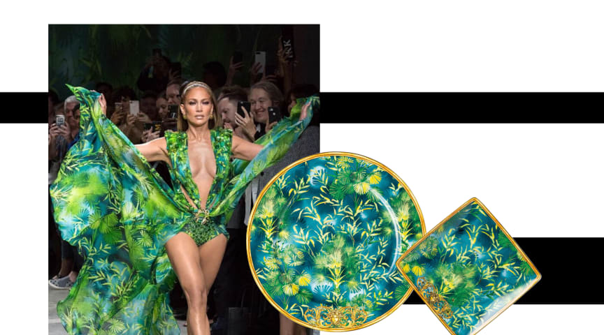 The famous Jungle print recently celebrated its comeback not only on the Versace runway but has now also been immortalized as a gift collection on Rosenthal-meets-Versace porcelain. Runway photo: ©Versace.