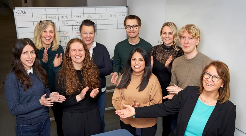 """Fora är finalist i """"Årets förändringsresa - Customer Expericence. Nedre: Dina Forsberg, Kajsa Lahger Klarström, Sara Castellon Sallberg, Hanadi Kadri. Övre: Christina Norbergh, Ulrika Pettersson, Jens Holmgren, Elin Söderström och Rasmus Lindberg."""
