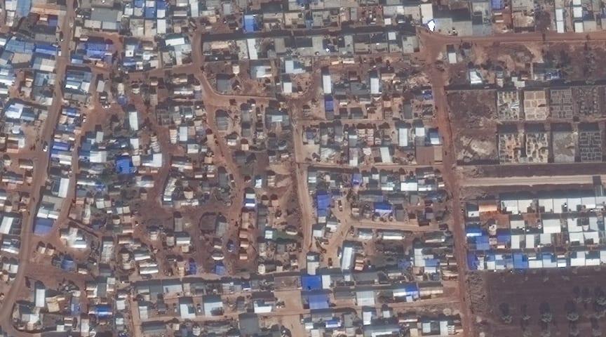 Flyktingläger i Idlib som brer ut sig över åkermark.