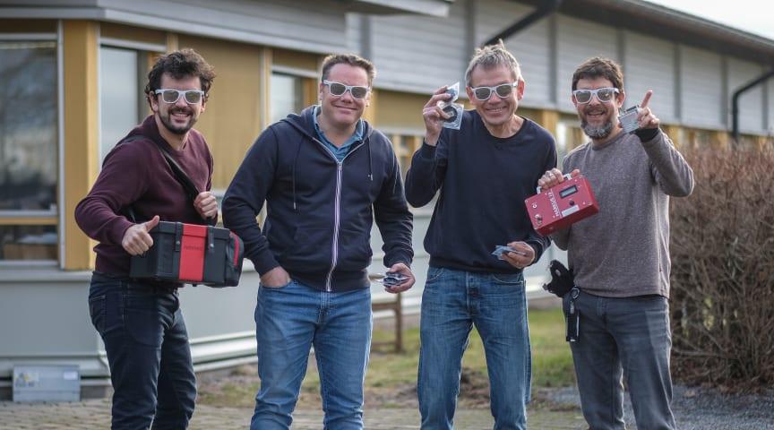 På bilden gör sig Radonovas Thomas Chauvin, Karl Nilsson, Tryggve Rönnqvist och José Luis Gutierrez Villanueva redo för medverkan vid den europeiska radonveckan.