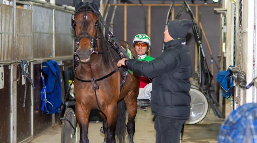 Genadii Bolshakov får hjälp av Eduard att förbereda I Keep Tabs för start. Foto: Mikael Rosenquist.