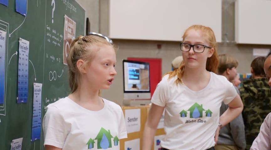 Cecilia Solheim Nørgaard og Lucca Gjelstrup Kristensen præsenterer Water Save på årets finale DM i digitale skills
