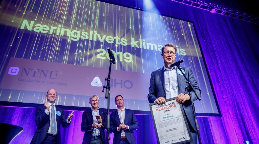 ROCKWOOL CEO Jens Birgersson fik overrakt klimaprisen på ZERO-konferencen og takkede juryen for den store anerkendelse af ROCKWOOLS arbejde for en mere bæredygtig fremtid. (Foto: ZERO Norge)
