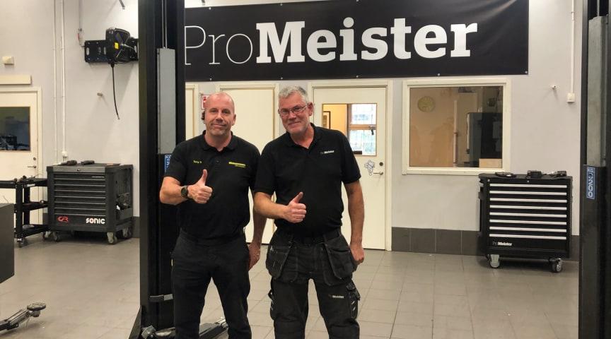 Tony Baldervin och Ulf Carlsson är två av fordonsteknikerna på Mekonomen bilverkstad i Vårby som stärkt sin verksamhet med kvalitetsmärkningen Godkänd bilverkstad.