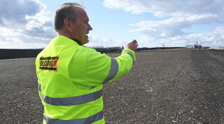 Thomas Nilsson på Ohlssons visar området som ska sluttäckas av gummiduk och 700 000 ton schaktmassor