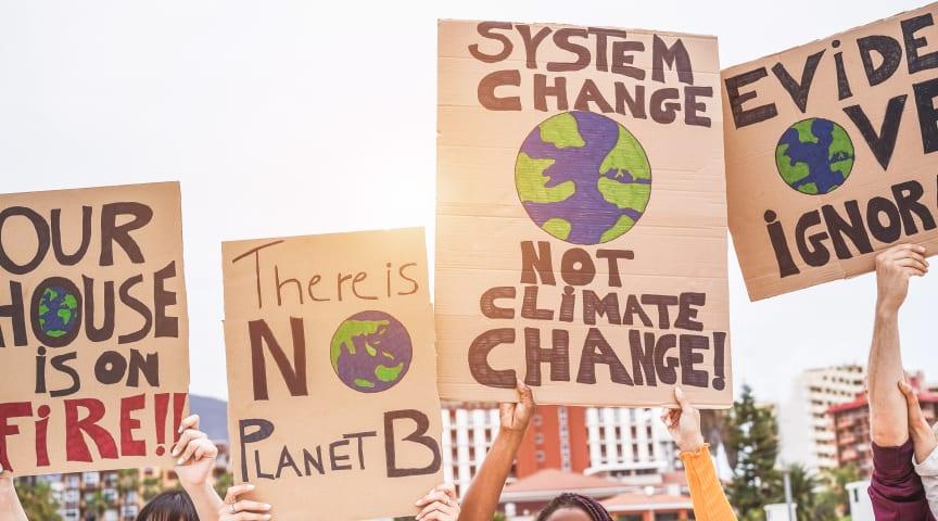 Ungdomar demonstrerar för klimatet.