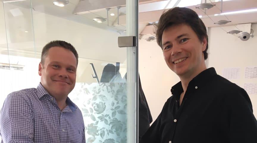 På bilden, från vänster: Karl Nilsson, vd Radonova Laboratories och Bjarke Jacobsen, vd RadonHuset.