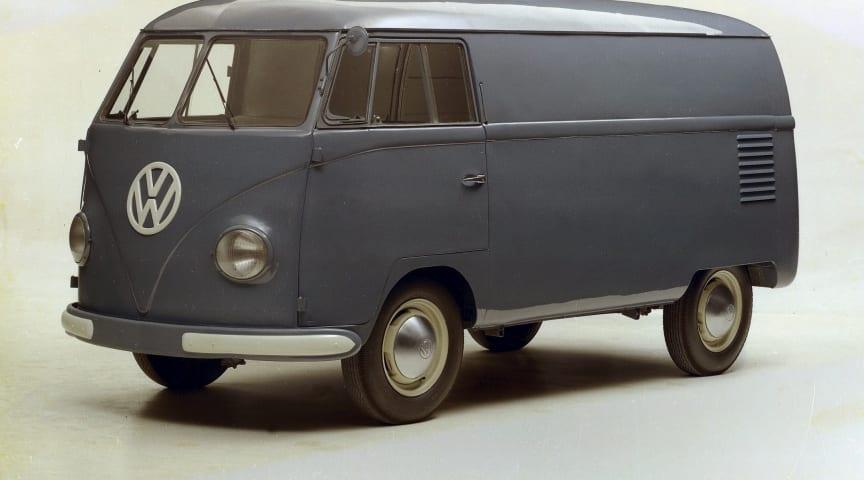 Den første Transporter fra 1950 var 410 cm lange, havde et varerum på 4,5 m3 og en 25 hk stærk 1,1-liters 4-cylindret boxermotor.