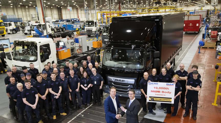 Verkställande direktör David Simpson från Hallam Express (till vänster) får nycklarna till sin nya lastbil med den 10 000:e fabriksmonterade PACCAR-karossen från Brennan Gourdie, VD för LEYLAND Trucks (till höger).