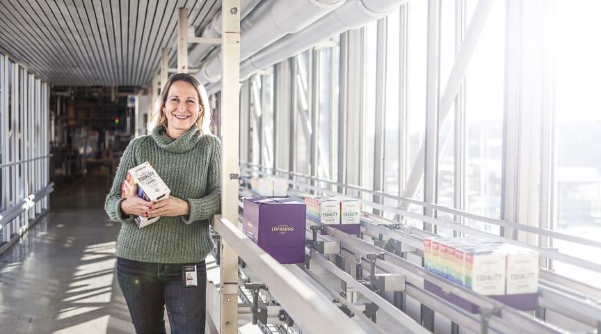Jenny övervakar produktion av Löfbergs nya Equality-kaffe som når butikerna vecka 8. Kommer bl.a. att finnas på ICA, City Gross och Matrebellerna..