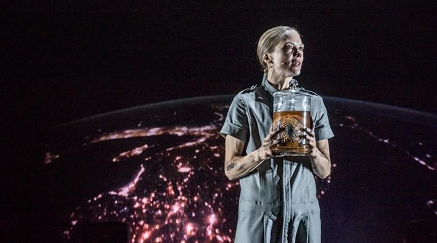 Ane Dahl Torp ser inn i framtida med Solaris korrigert. Foto: Erik Berg.