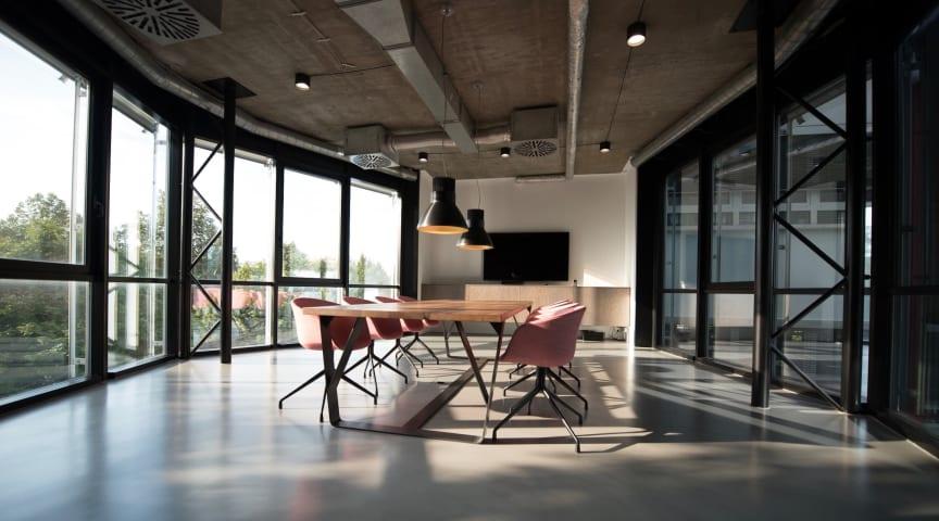 Sedan den nya strålskyddslagen infördes har högt räknat endast en (1) procent av de svenska företagen mätt radonhalten.