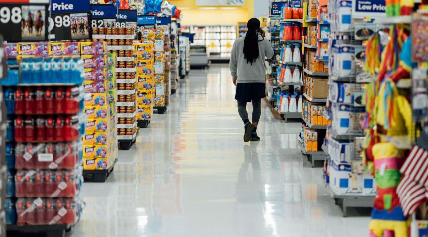 Matvarubutikernas personal beskrivs som osynliga hjältar som skapar förutsättningar för samhället att fungera under den rådande krisen.