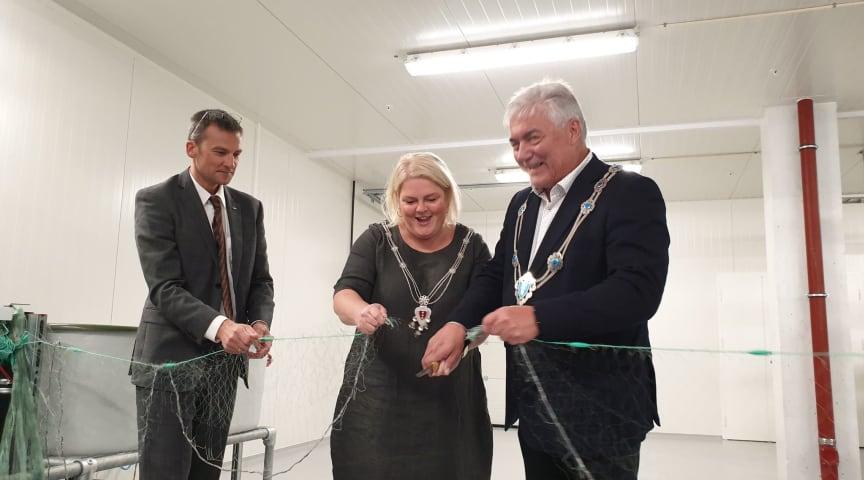 Solveig Vestenfor og Petter Rukke, ordførere i Ål og Hol, klipper garnsnora på åpningen av Hallingfisk, flankert av styreleder Halvor Kr. Halvorsen.