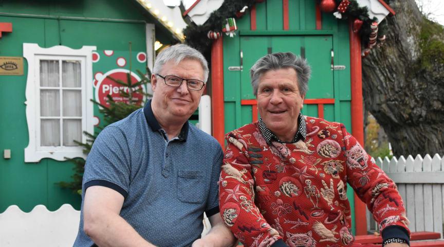 Bakkens afgående Pjerrot, Kurt Flemming, i selskab med Bakkens kommende Pjerrot, Morten Eisner, ved Pjerrots grønne hus på Bakken.