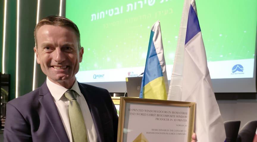 """NorDan fick priset i kategorin """"Business Innovations för stora företag"""" för sina 3D-printade fönster och dörrar. Dag Kroslid, VD på NorDan, visar stolt fram diplomen."""