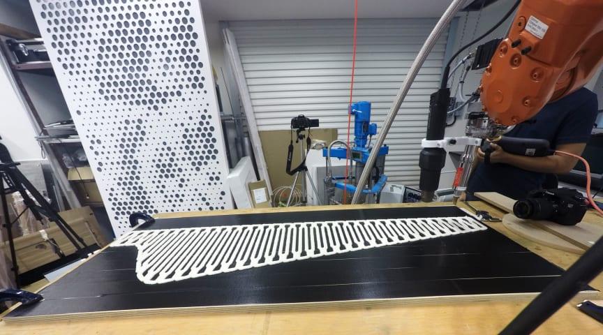 Materialet FLAM är cellulosa som 3D-printas till ett stort nät, som sedan torkas och hettas upp så att svampen dör.