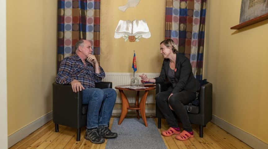 Frälsningsarmén kan hjälpa ekonomiskt utsatta med att söka bostadsbidrag, kontakta myndigheter etcetera, för att motverka att de hamnar i hemlöshet. Foto: Jonas Nimmersjö (kampanjbild)