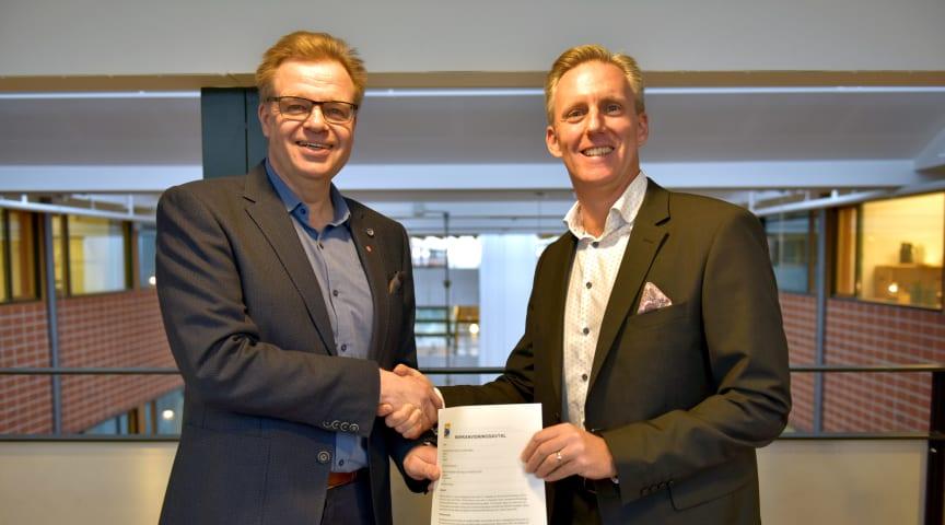 Per-Ola Mattsson, kommunalråd i Karlshamn (t.v.) och Andreas Meyer, VD Skåneporten Fastigheter (t.h.).